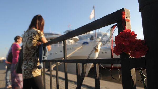 Цветы в порту Казани в память о погибших на теплоходе Булгария