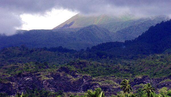 Вулкан Локон в Индонезии. Архив