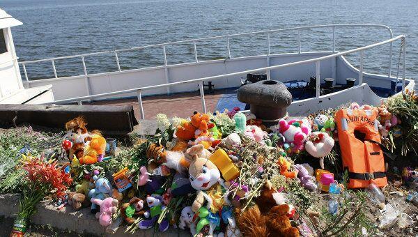 Цветы, игрушки и спасательный жилет с надписью Булгария
