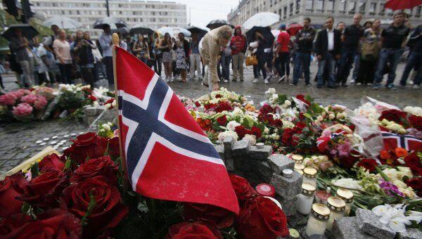 Цветы на рыночной площади в центре Осло в память о погибших в результаты взрыва