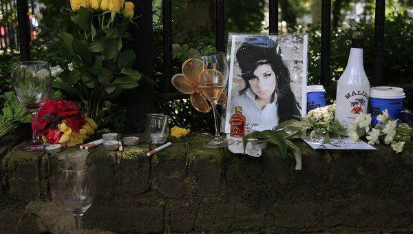 Поклонники несут цветы к дому британской певицы Эми Уайнхаус