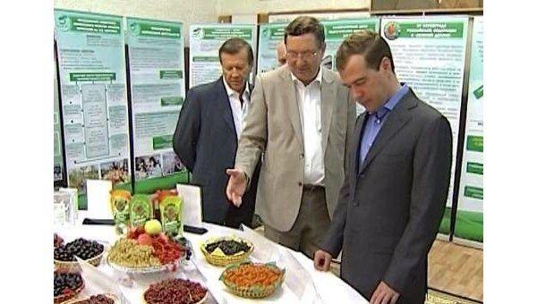 Медведеву в Мичуринске показали чудо-ягоды и щи для участников Марс-500