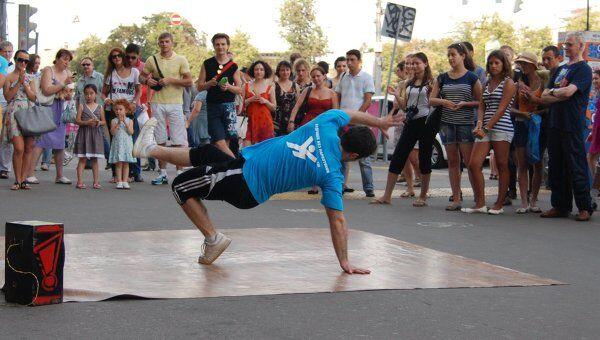 танцоры показывают какова может быть Жизнь без наркотиков