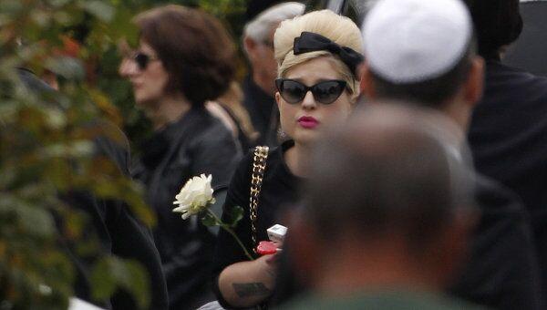 Келли Осборн на похоронах Эми Уайнхаус
