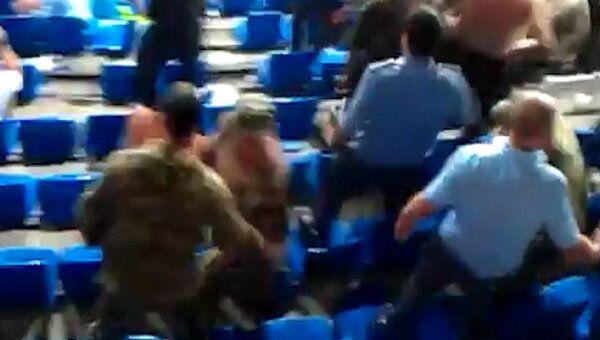 Полиция дубинками разгоняет болельщиков на матче Зенита с Анжи