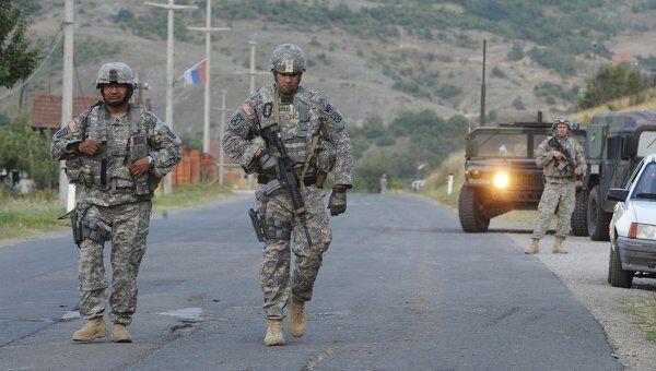 Солдаты армии НАТО контролируют пост рядом с Митровицей