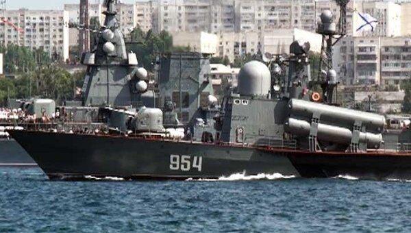 За морским боем на Дне ВМФ в Севастополе наблюдали 50 тысяч человек