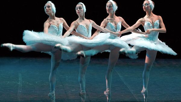 Сцена из балета Лебединое озеро в постановке Михайловского театра. Архив