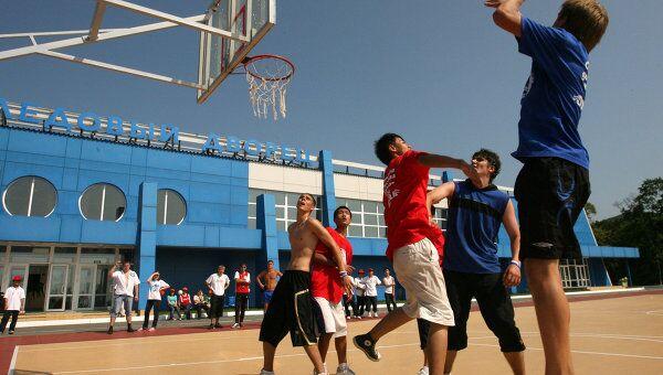 Дети в лагере играют в баскетбол