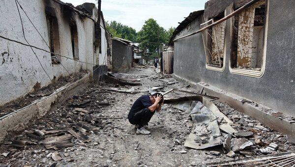 Разрушенные дома узбекских жителей в поселке Кыр-Арык. Архив
