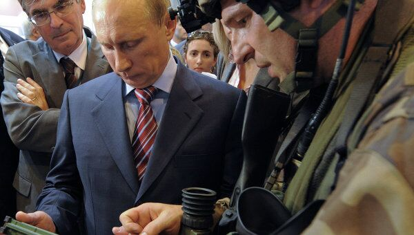 Владимир Путин в павильоне иностранных авиационных корпораций на 10-м Международном авиационно-космическом салоне МАКС-2011
