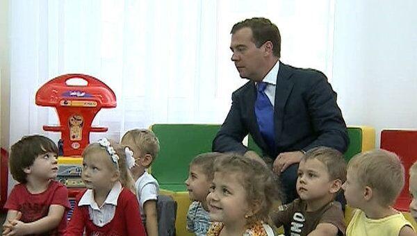 Медведев в детсаду слушал песни о теремке и вспоминал про булочки с сахаром