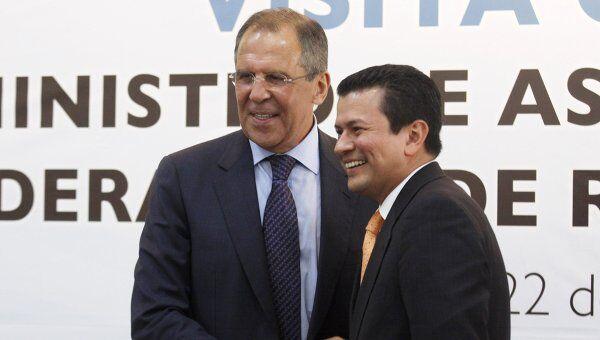 Глава МИД РФ Сергей Лавров на встрече со своим коллегой из Сальвадора Уго Мартинесом