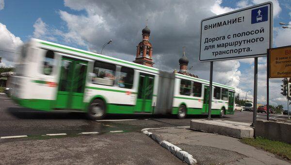 Выделенные полосы для маршрутного транспорта на Волоколамском шоссе в Москве. Архив