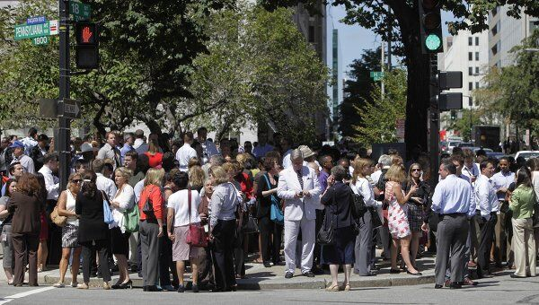 Эвакуация людей из зданий в Вашингтоне после землетрясения на восточном побережье США
