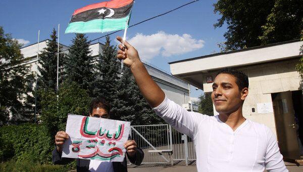 Граждане Ливии с флагом повстанцев. Архив