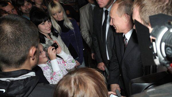 Владимир Путин общается с жителями города Смоленска