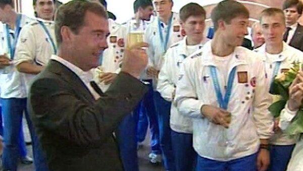Медведев выпил шампанского со спортсменами за успех на Универсиаде-2011