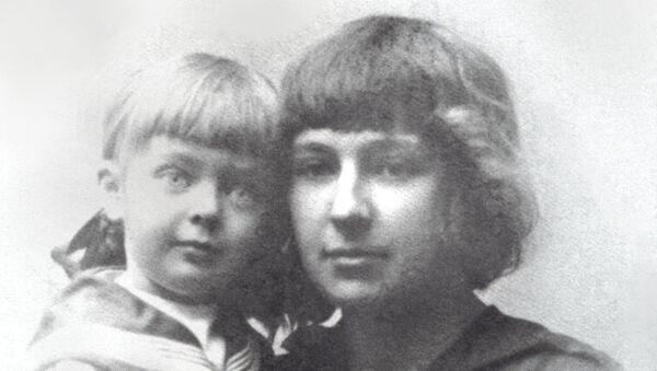 Марина Цветаева с дочерью Алей. 1916 год. Архивное фото