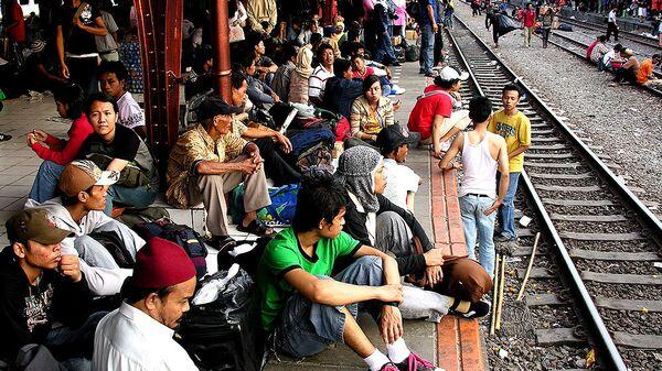 Верующие в ожидании поезда на джакартском вокзале