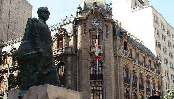 Памятник Сальвадору Альенде перед дворцом Ла Монеда в Сантьяго. Архивное фото