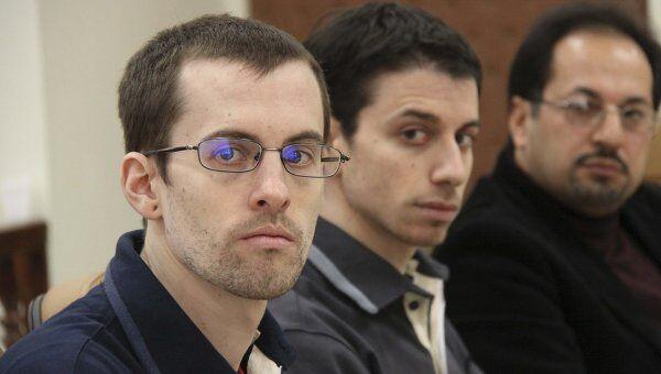 Граждане США Шейн Бауэр (слева) и Джошуа Фэттэл (в центре) на заседании суда в Тегеране 6 февраля 2011 г