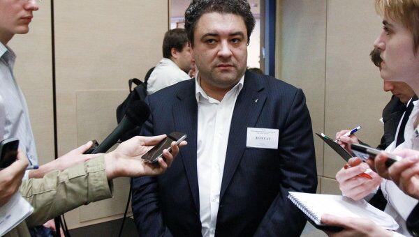 Бизнесмен Андрей Богданов (в центре) в Центре международной торговли в Москве отвечает на вопросы журналистов перед началом альтернативного съезда партии Правое дело