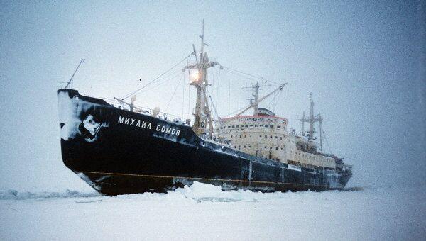 Судно Михаил Сомов на дрейфе во льдах. Архивное фото