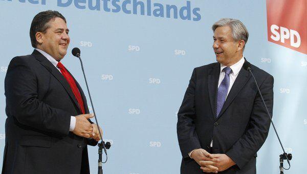 Клаус Воверайт и лидер Социал-демократической партии Германии Зигмар Габриэль после подведения итогов выборов
