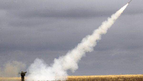 Запуск зенитной ракеты в ходе военных учений в Астраханской области. Архивное фото.