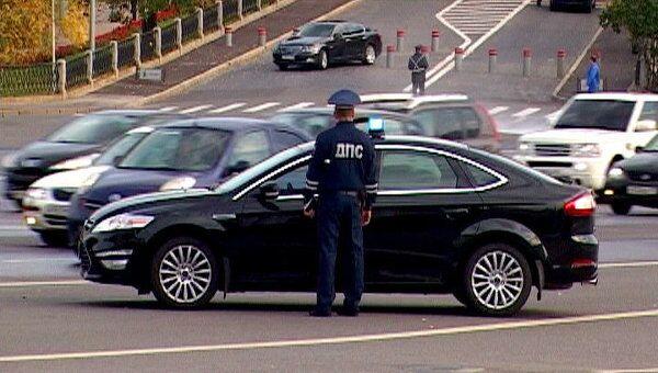 Полицейские ловили машины с незаконными мигалками у ворот Кремля