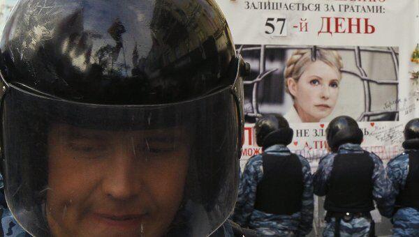 Сотрудники украинской милиции возле здания Печерского суда в Киеве