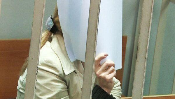 Следователь Дмитриева выслушала решение суда о своем аресте, закрыв лицо