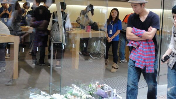 Японцы несут цветы к магазинам Apple, соболезнуя смерти Стива Джобса