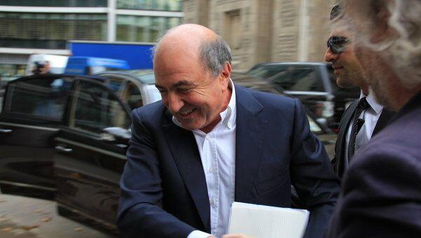 Борис Березовский у здания суда