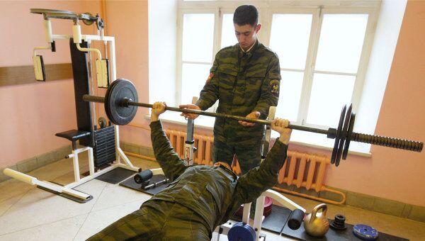 Военнослужащие в тренажерном зале. Архив
