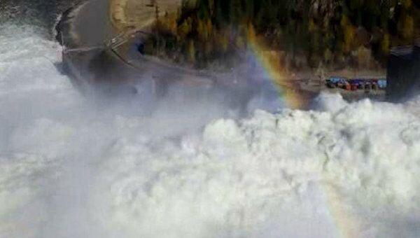 Первые минуты работы водосброса СШГЭС со скоростью потока 108 км/час