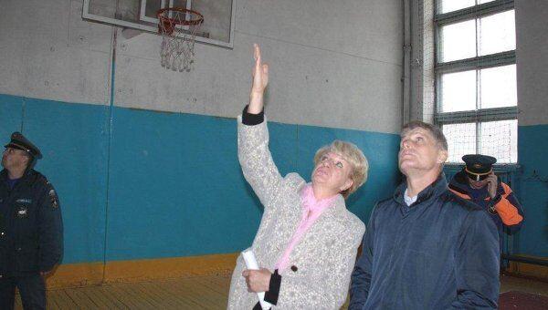 Дирекция школы в Сковородино показывает повреждения в спортзале губернатору Олегу Кожемяко