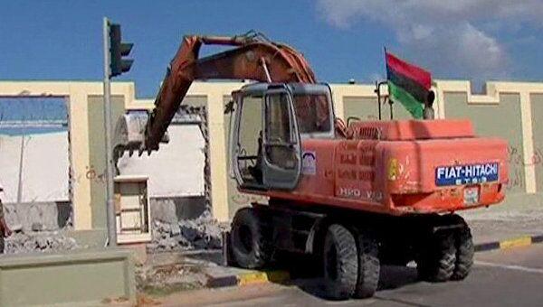 Стены вокруг резиденции Каддафи рухнули под ковшами бульдозеров