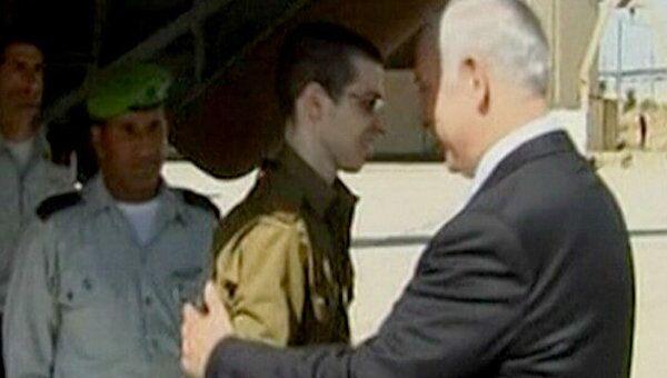 Гилад Шалит передан представителям Израиля. Первые кадры освобождения