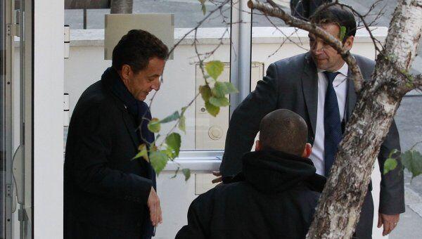 Президент Франции Николя Саркози в четверг навестил в клинике Ля Мюэтт свою супругу и новорожденную дочь