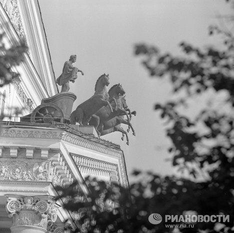 Медная квадрига на фронтоне Государственного академического Большого театра