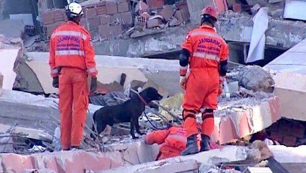 Спасатели и добровольцы ищут пропавших после землетрясени в Турции людей