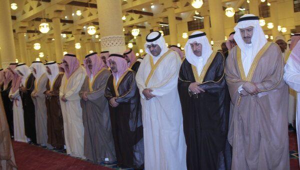 Cаудовские принцы совершают молитву