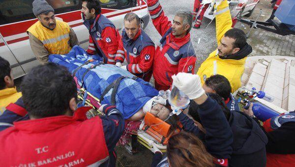 Турецкие спасатели извлекают выжившую 27-летнюю учительницу Гезде Бахар в провинции Ван