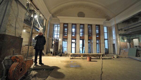 Рабочий на реконструируемой станции метро Парк культуры кольцевой линии.