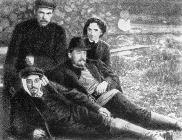Яков Михайлович Свердлов среди ссыльных большевиков в Нарыме. 1910 год