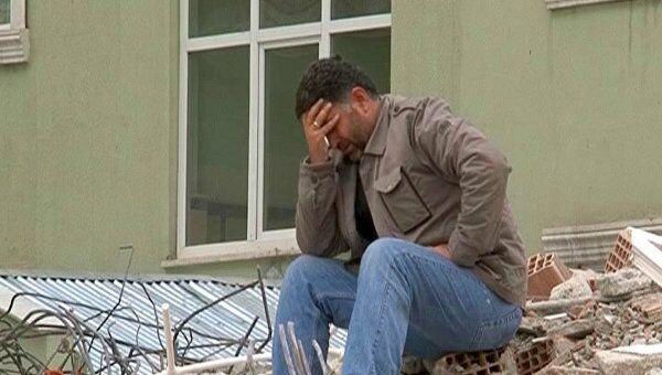 Турция: одни мужчины плачут на развалинах, другие возвращаются в чайные