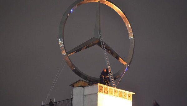 Демонтаж рекламного знака Мерседес  с крыши Дома на набережной в Москве