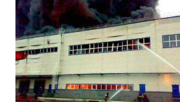 Пожар на складе автозапчастей в подмосковном поселке Томилино